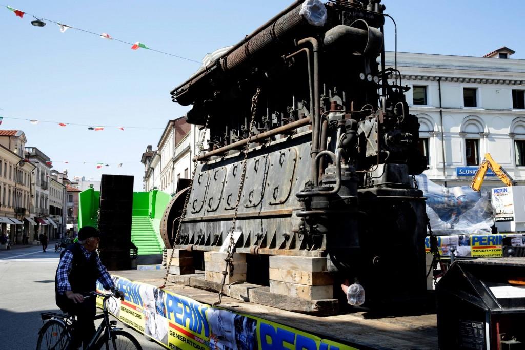 Festival-della-Bonifica-enorme-motore-BREDA-espone-PERINGENERATORS